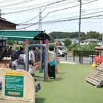 パン パティ こむぎのおはなし - 併設された野外カフェは家族連れで大賑わい