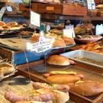 パン パティ こむぎのおはなし - 店内はパンも一杯、人も一杯