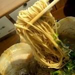 86557364 - 「濃香とんこつ(醤油)」の麺(硬め)のアップ(細麺ストレートタイプの麺がスープをよく持ち上げてきます)