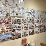 珉珉 - 激辛の有名店なので、壁一面に貼られています ※ただし貼るところがなくて、最近のは貼ってない