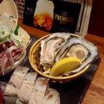宇田川町魚金 - 生牡蠣、鯖の押寿司。