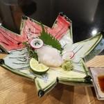 てっぱん割烹むら雲 - 宮城県産石鯛のお造り、紅葉を模した器が素敵です。