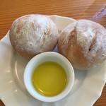 オリーブ - オリーブプレート注文で始めにパンが出てきました。