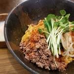 汁なし麺専門店 メンデザイン - 汁なし担々麺(赤)with温泉卵