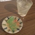 檸檬の実 - お通し(刺身こんにゃく)、泡盛水割り