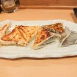86589325 - 左:ポテサラ餃子ハーフ 180円                       右:イカスミ餃子ハーフ 190円