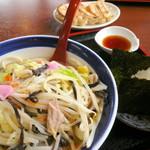 伊万里ちゃんぽん - ミニちゃんぽんセット¥800。餃子とおにぎりがついてこの価格!ちゃんぽんもおいしいけど、餃子とおにぎりもおいしい!コスパ最高です。