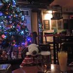 ティンズホール - アメリカンな内装の店内には大きなクリスマスツリーが。 (12月の訪問でした) こちらのお店では18:00~21:00は ハッピーアワーで各種ドリンクが300円とお得なんだよ。