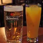 ティンズホール - キャッシュオンスタイルなので、 フードやドリンクはカウンターで注文&購入します。 ボキは生ビール、ちびつぬはオレンジジュースに。