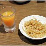 らーめん蓮 - 無料サービスの野菜ジュースと辛子もやし。