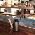 鳴尾山芋研究所 ラーメン部 - カウンター席(水はセルフ)