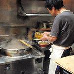 まあちゃんラーメン - カウンター越しの厨房