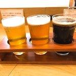 86617876 - 【2018年05月】三種飲み比べ@1,080円、提供時。左から「オリジナル」「インディアペールエール」「アイリッシュエール」。