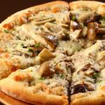 いろいろキノコとゴーダチーズのピザ