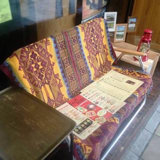 開放感のあるベンチ席でゆったりと♪