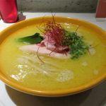 Japanese Ramen Noodle Lab Q - 白湯 塩ラーメンのドアップ