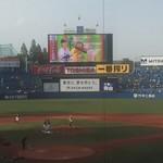 86637714 - 神宮球場ってやっぱり小さいです 爽やかな夜風を受けてビール飲みながら観戦する野球は楽しいですね ドームにはない楽しさです