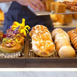 毎朝ベーカーが焼き上げるパンとバリスタが淹れるコーヒーで一息