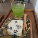 86644951 - 黒豆のパウンドケーキと緑茶
