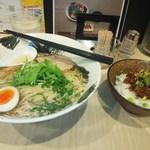 屋台拉麺一's 幕張店 - 牛骨塩ラーメン大盛とすじこん飯M