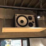 麺場 浜虎 - ヒップホップの低音が店内の隅々まで響き渡る