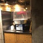麺場 浜虎 - 出入り口すぐのわたあめは無料です。多くの人が楽しんでました。