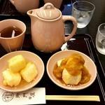 御門屋 - 【揚げたれ餅】二種類のたれ(甘味噌&おろし醤油)で ポットの焙じ茶付きでした
