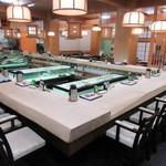 稚加榮 - 1Fは生簀を囲むカウンター席♪