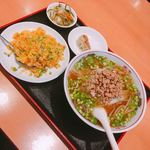 牡丹飯店 - 台湾で一番人気の香り豊かラーメン+辛味半炒飯セット  880円