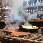 八輪 - カウンター焼肉、上タンと野菜焼いてます(^^
