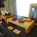 ル・ショコラ・アラン・デュカス 六本木 - 焼き菓子のディスプレイ