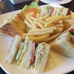86664710 - 1805_Eagle Restraunt_ANAPOLIS@59,500Rp(クラブサンドウィッチ+フライドポテト) Club Sandwich served with french fries