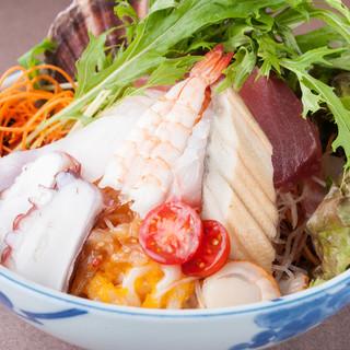 連日売り切れ!ボリューム満点の『魚盛丼』は580円!