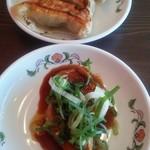 餃子の王将 - 定食に付属の蒸し鶏の甘辛タレと餃子3個です。