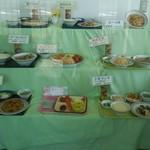 餃子の王将 - 店舗出入り口にあります料理類の模型です。