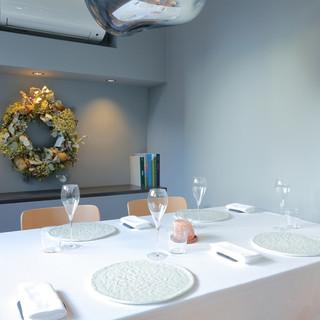 食器から照明、内装に至るまで、灰色に染まった美しく優しい世界