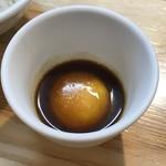 くろ松 - 雲丹醤油漬け卵黄ごはんの卵黄碗