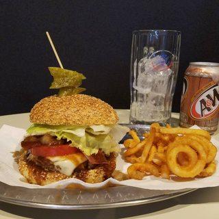 全国のハンバーガーを研究してきたオーナー特製のハンバーガー!