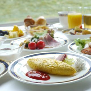 朝日に煌く相模湾を眺めながら楽しむ、約30種の朝食ブッフェ