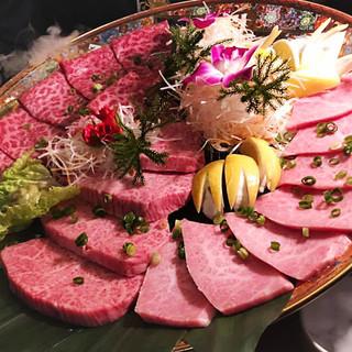 美味しいお肉がより映える!食器にもこだわりました