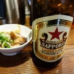 らあめん 元 - 「赤星」瓶麦酒では一番好き お通しはチャーシュと穂先メンマ、「ゆず一味」をかけると旨さ倍増