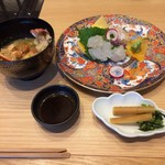 源氏総本店 - 刺身盛り、伊勢海老の味噌汁、漬物です。