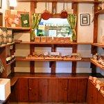 ペペルル - 店内の陳列棚 向こうは調理室