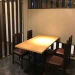 モダン和食 かみや - テーブル席も完備しております。