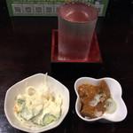 やきとり大助 - お通し2品¥300(逆算推定)と、日本酒 大助¥400。(いずれも税別)