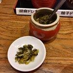 とんかつ 豚ゴリラ - きゅうりと広島菜のお漬物