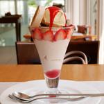 バウムクーヘン カフェ - イチゴクリームパフェ