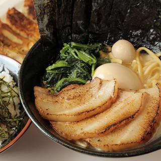 素材の旨味がとことん詰まった力強い濃厚スープ!
