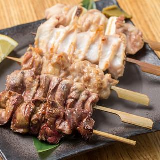 吟味をされた旬菜彩る創作料理。朝挽きの健味鶏を串焼きで堪能◎