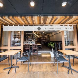 季節の風感じる、軽やかな店内。開放感と落ち着き溢れる和空間。